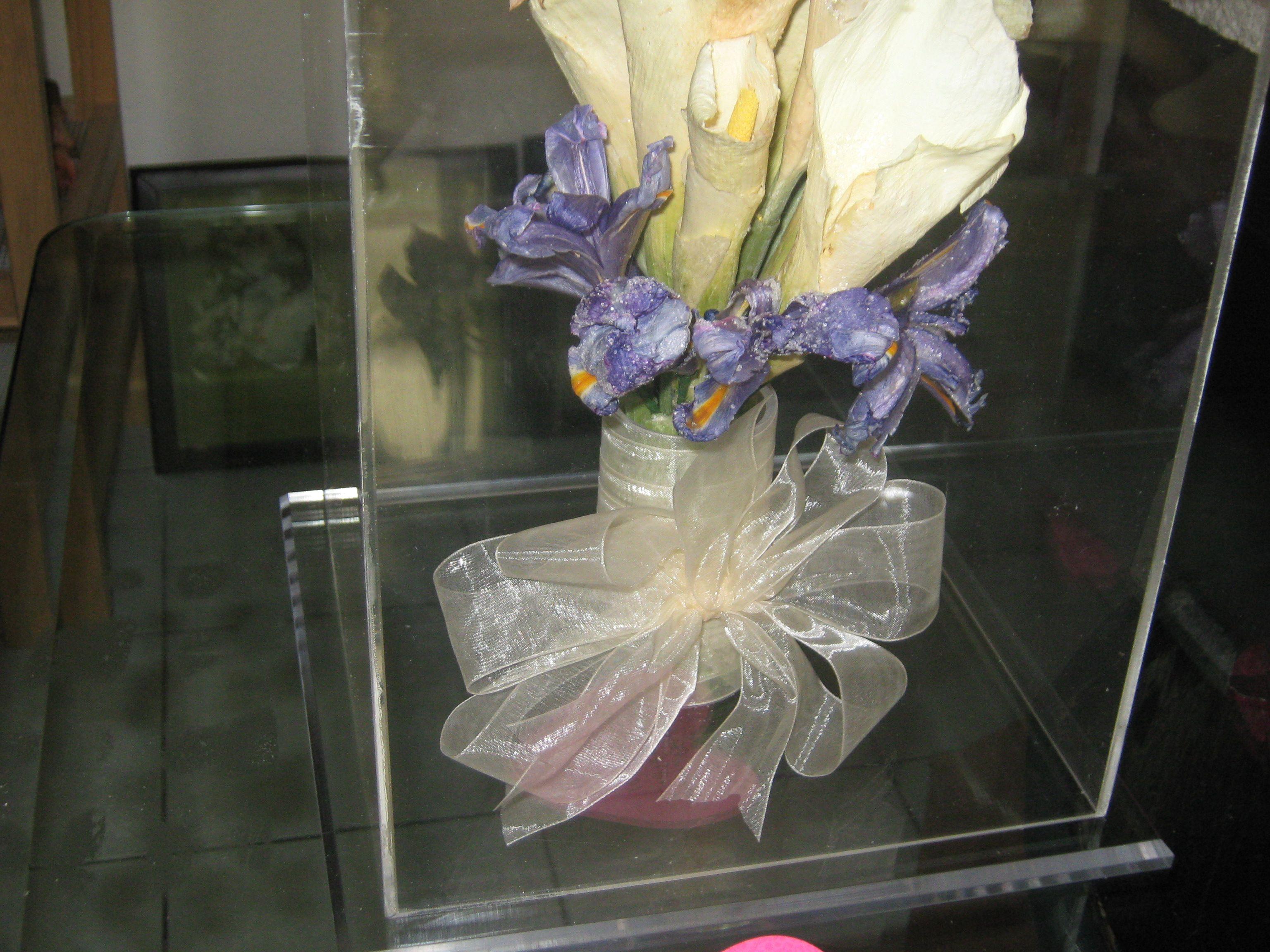 Ramo de Alcatraces acompañado de unas lindas flores lilas,preservado en @specialtycleaners
