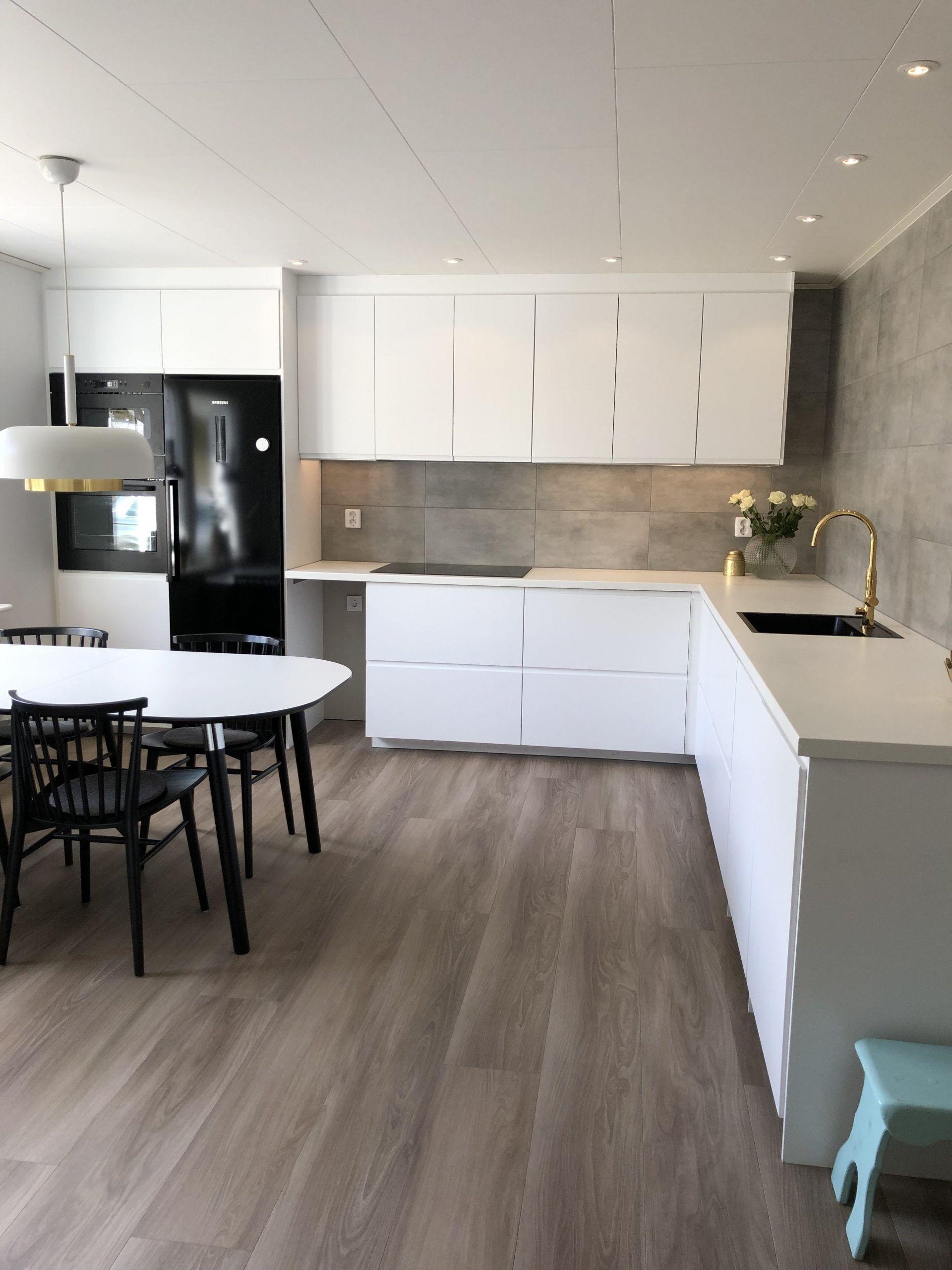 White kitchen. Voxtorp hatches IKEA. i 2020 Kjøkken