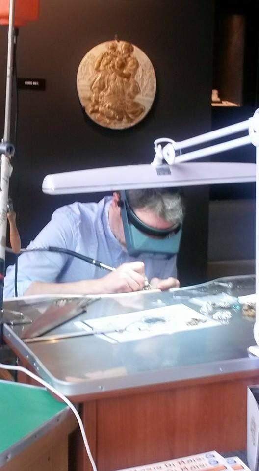"""Luca Martinelli dell'Officina Aurea è tra gli artigiani orafi che hanno animato le dimostrazioni """"live"""""""
