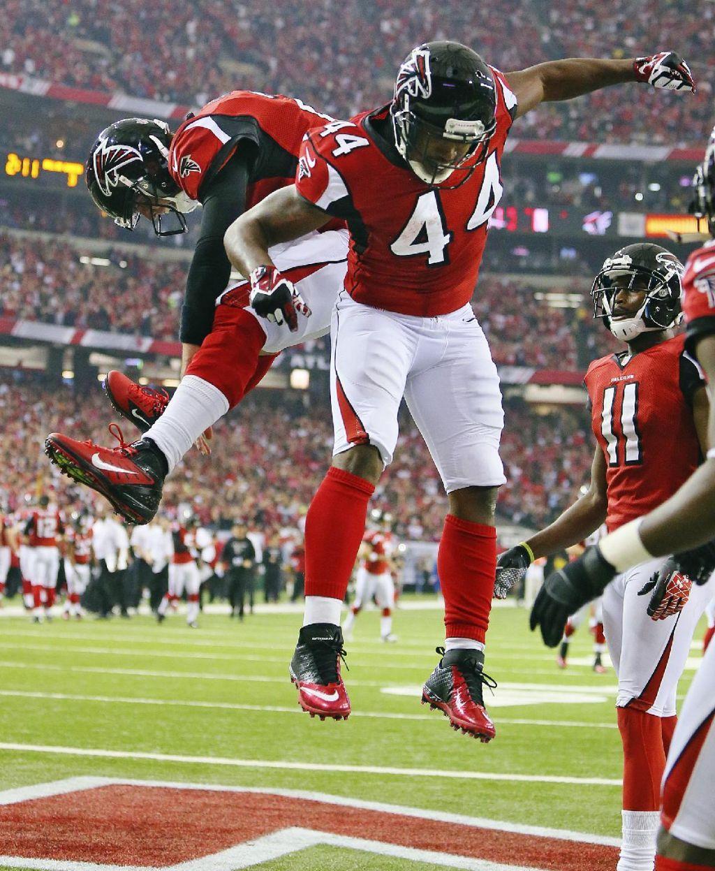 Image Detail For Atlanta Falcons Quarterback Matt Ryan Left Celebrates With Running Back Jaso Atlanta Falcons Football Atlanta Falcons Fans Falcons Football