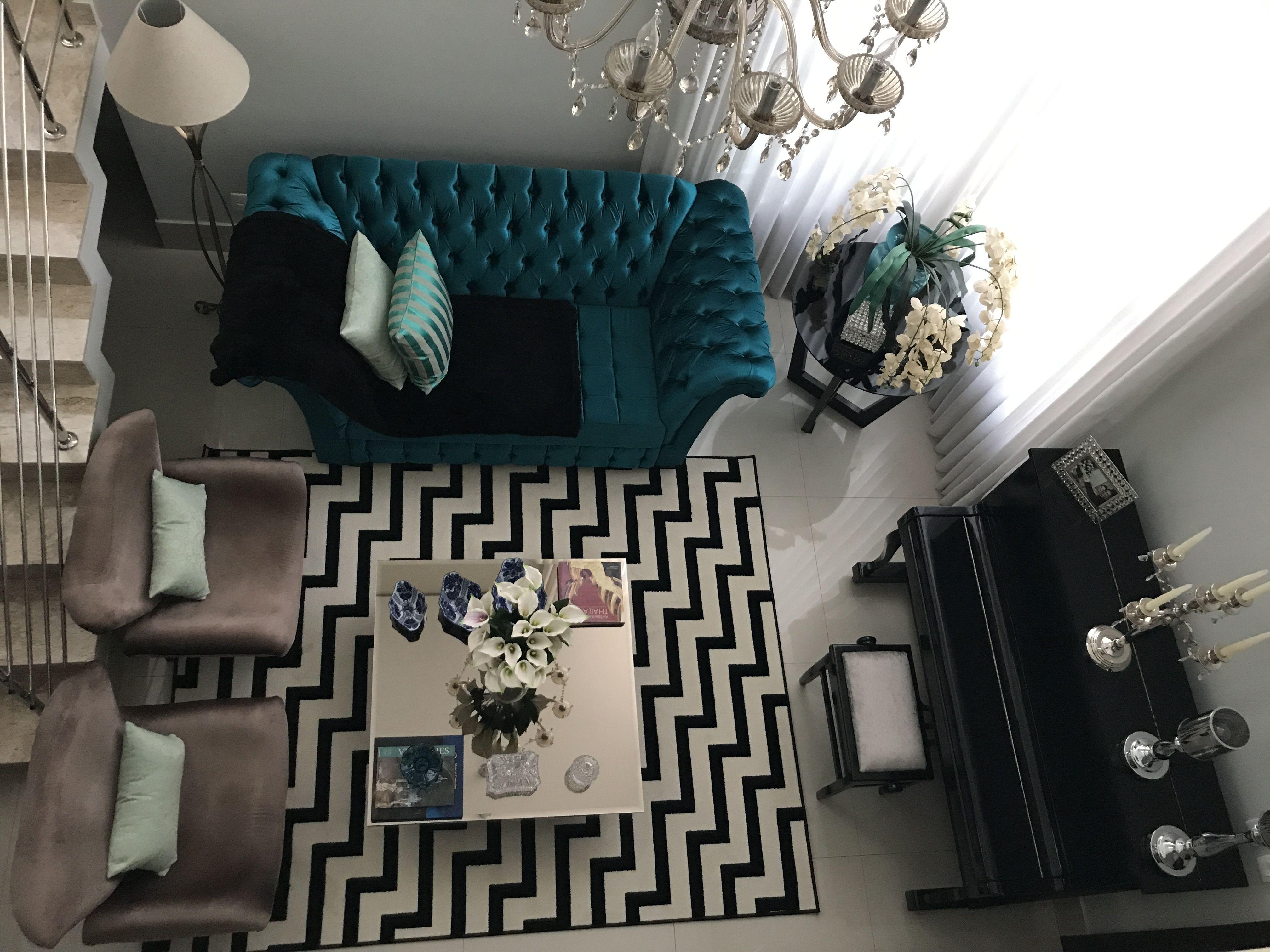 Tapete geométrico na decoração da sala com mix de objetos turquesa