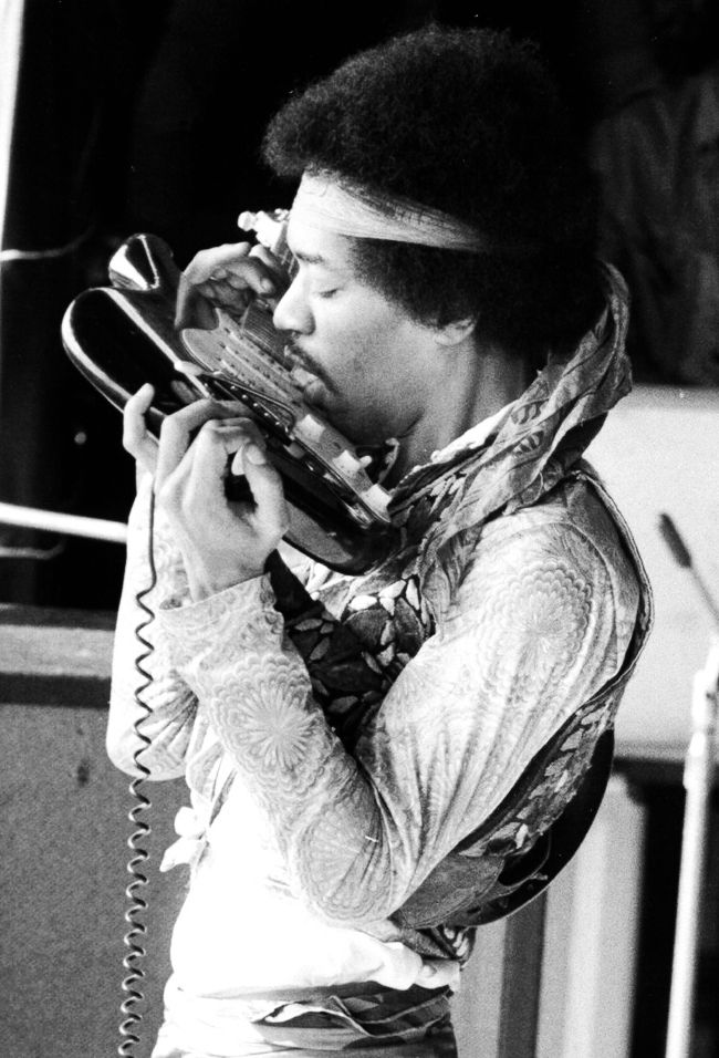 jimi hendrix plays his fender stratocaster electric guitar