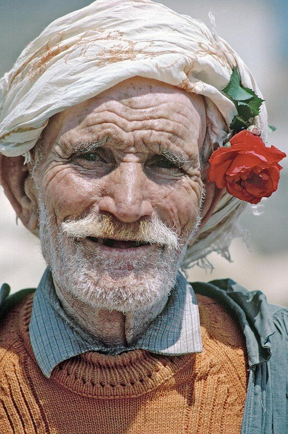 I love the sense of humour that shows in this face .... the red rose in his headgear just underlines it :-)