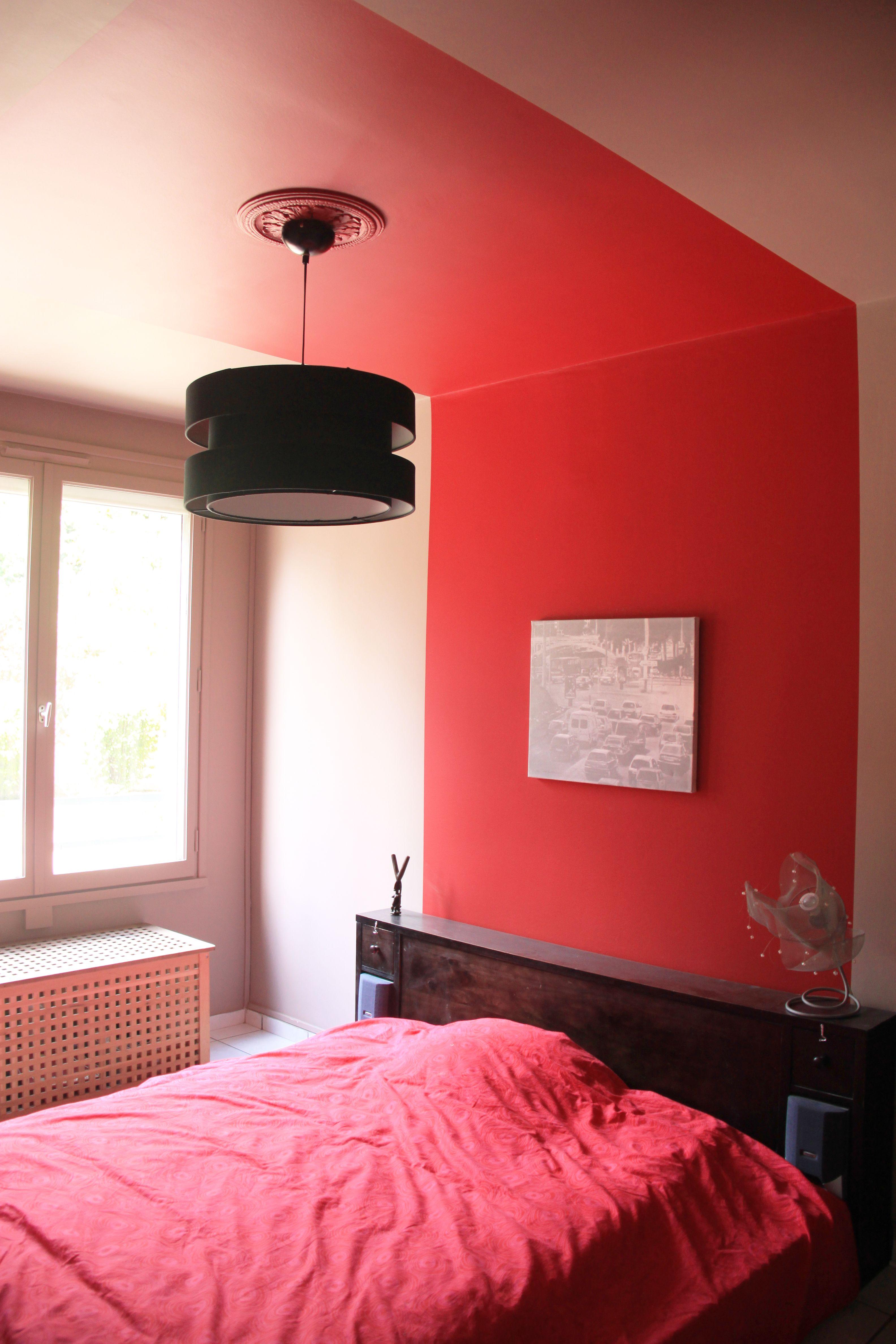 Peinture rouge corail effet baldaquin dans une chambre ...