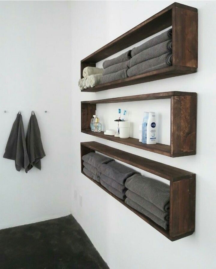Horizontal Shelving Like This Is Great For Storing Towels And Beauty Products But It Also Makes The Room Feel Bigge Diy Badezimmer Badezimmer Regal Badezimmer