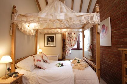 Romantic Cottage Magazine | romantic cottage with four-poster bedroom & en-suite double shower