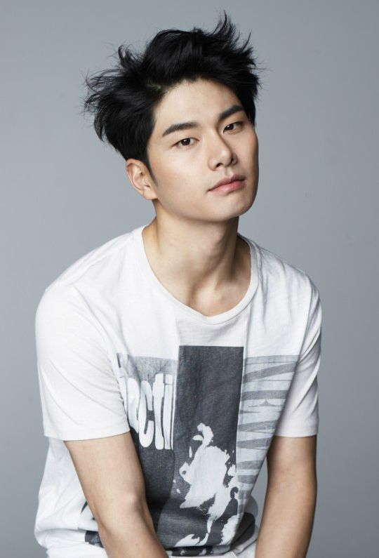 I really like up-and-coming actor Lee Yi-kyung. He's had everything from bit parts in huge dramas (Descended From the Sun, You From Another Star), to bigger parts in tiny dramas (Because It's the First Time, Superman Age), to everything in between, and he's always reliably funny or quirky or just plain good.