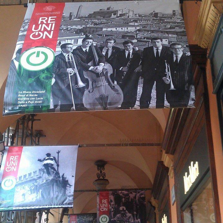 I #portici_di_Bologna raccontano l'Università: bellissima mostra sotto il portico del Pavaglione  (Nella foto Lucio Dalla e Pupi Avati con la jazz band) #ReuniOnUnibo