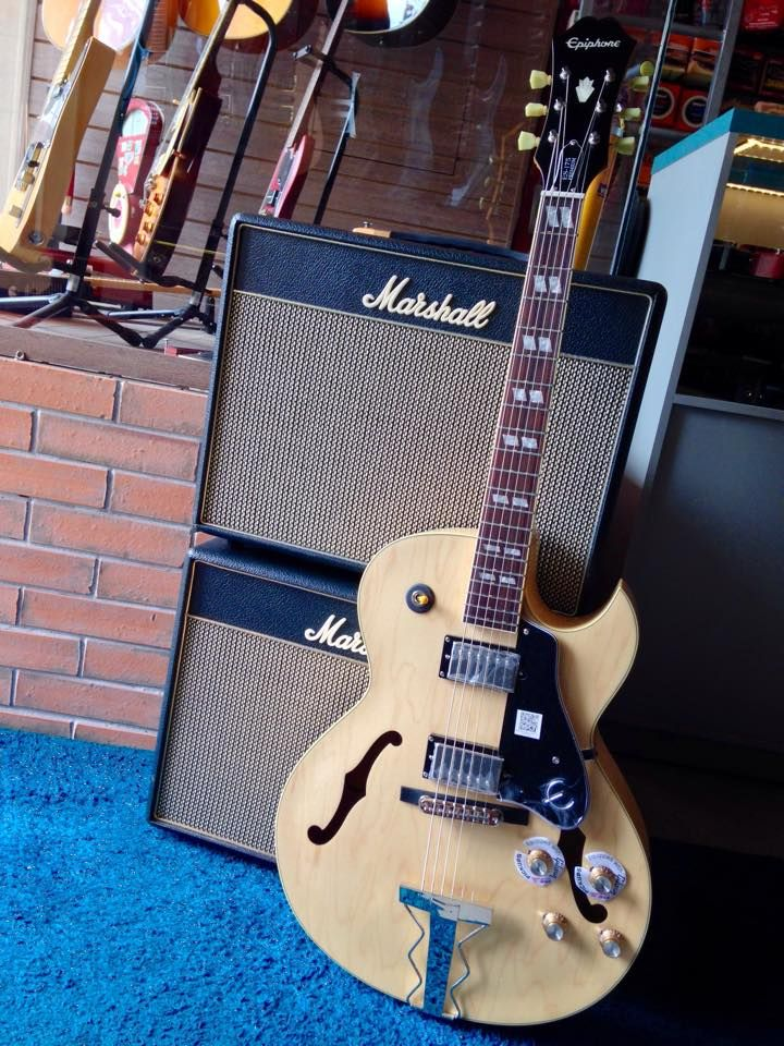 A ES-175 original foi a guitarra que antecipou a nova era do Jazz e da música Pop, e foi a primeira semi-acústica com cutaway Florentine.
