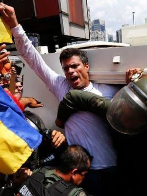 Líder da oposição se entrega na Venezuela