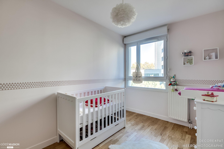 Chambre de bébé tr¨s blanche et lumineuse