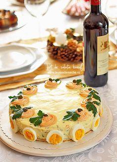 Tort de salata boeuf - retete culinare. Reteta de tort de salata boeuf cu baza crocanta de grisine. Reteta de salata boeuf de Craciun.