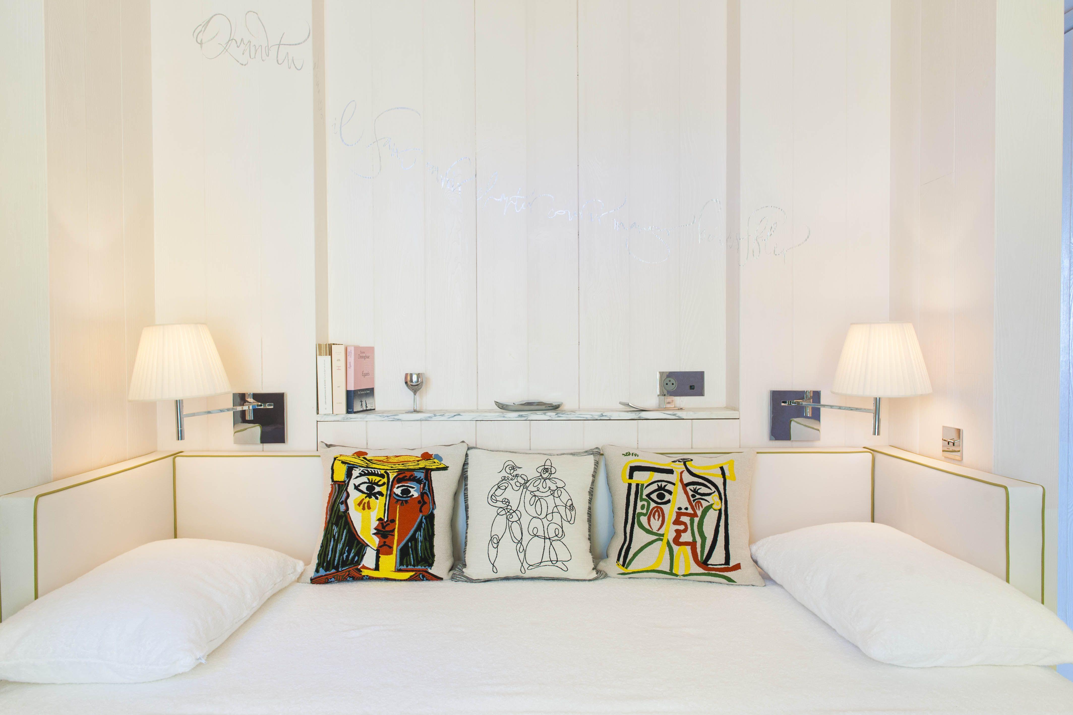 Salle De Bain King Size ~ des lits king size par s de blanc flottent au milieu de la chambre