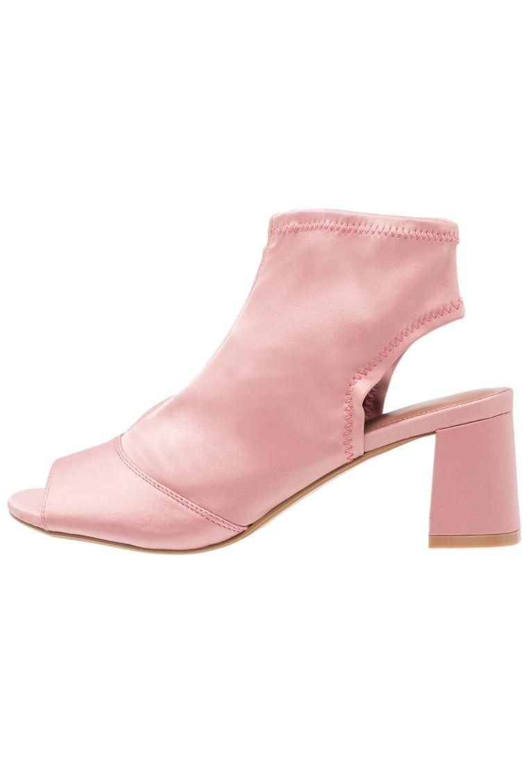 c808df00 ¡Consigue este tipo de sandalias romanas de Topshop ahora! Haz clic para  ver los