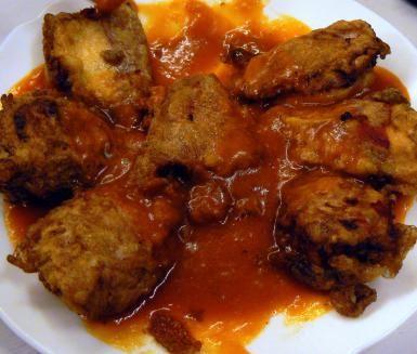 Comida para navidad en España es comen de víspera de navidad. En esto imagen de el derecho es frito bacalao en tomate salsa.