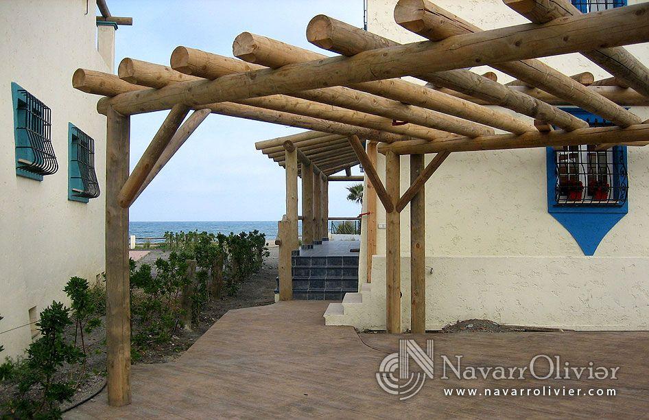 P rgola decorativa en palo redondo tratado en autoclave by for Barras de bar rusticas para jardin