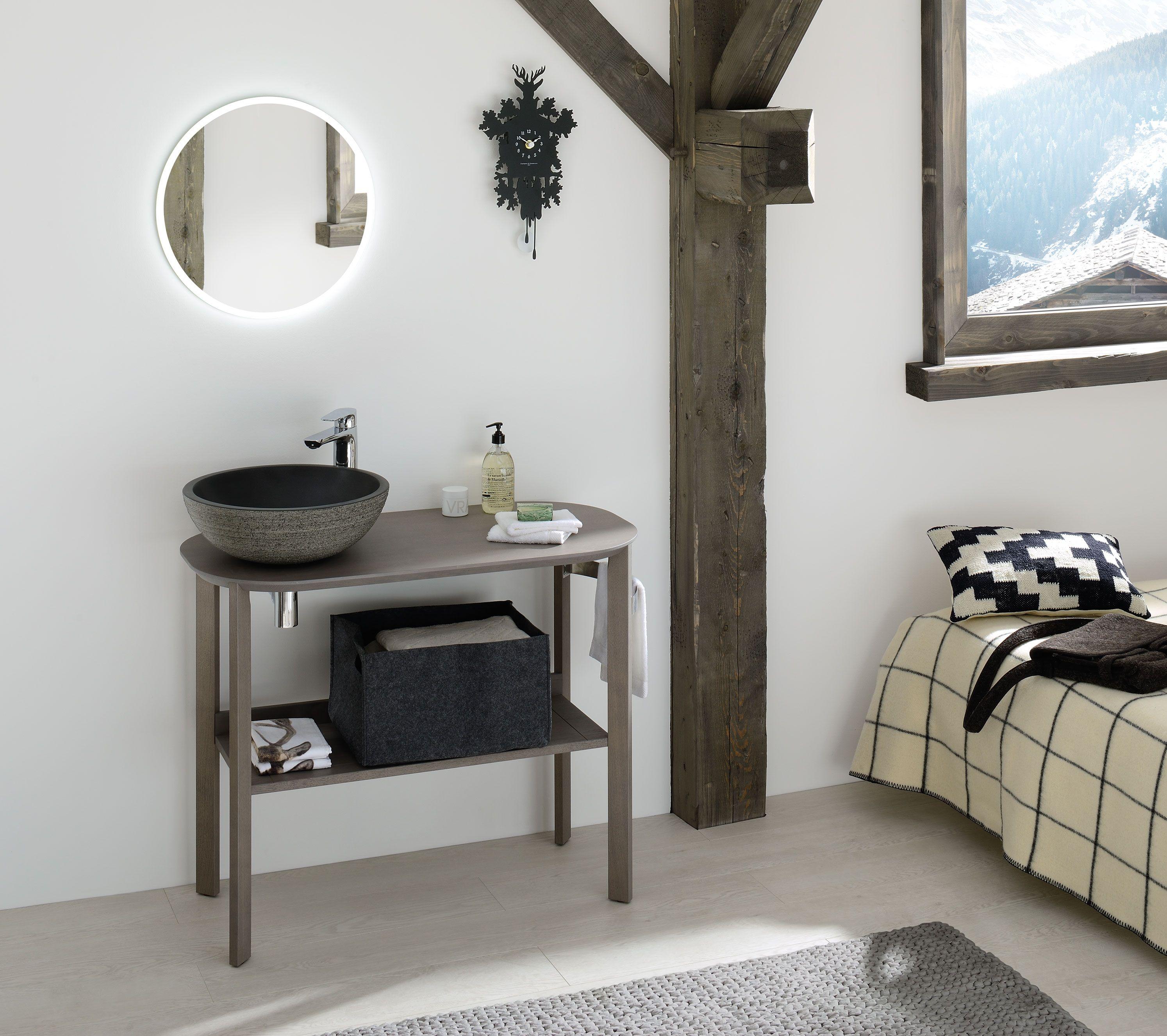 Une salle de bain esprit chalet pour petit espace : meuble en bois ...