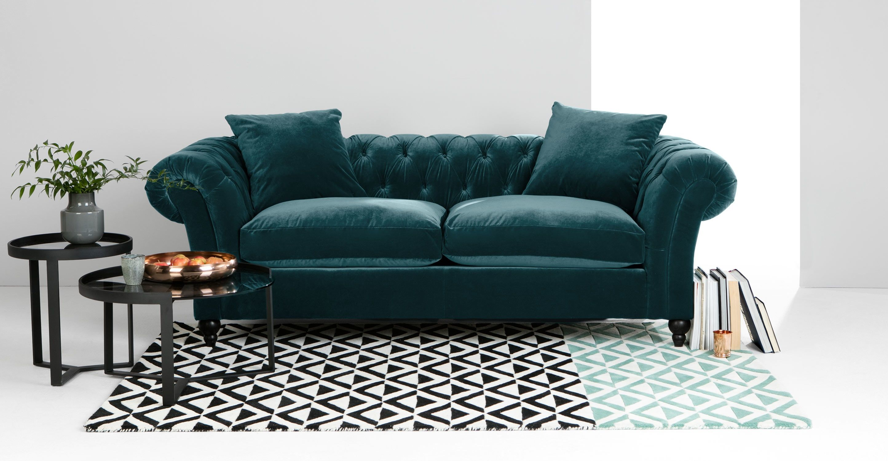 Samt sofa  Bardot 3-Sitzer Chesterfield Sofa, Samt in Ozeanblau | Graphic ...