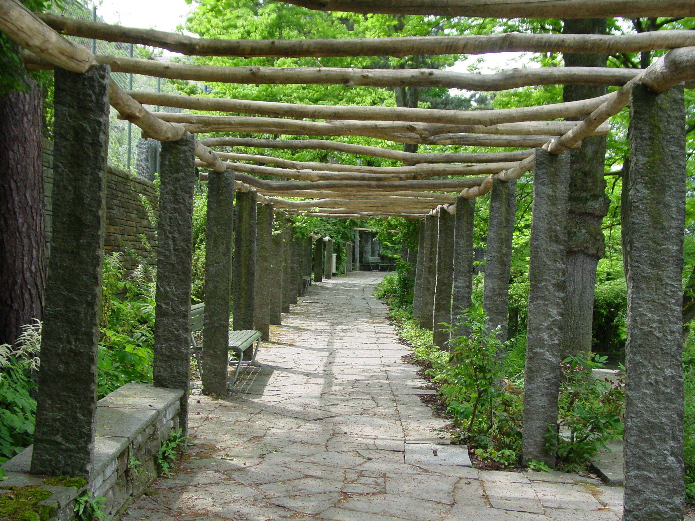Tuin Houten Palen : Natuurstenen palen en grillige houten liggers vormen een