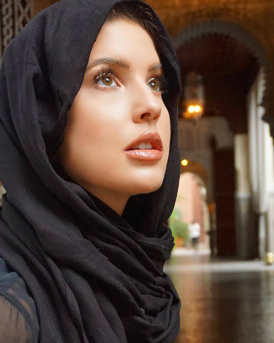 16 Non Muslim Celebrities in Hijab:Hollywood Celebrities in Hijab | 10 most beautiful women, Hollywood celebrities, Amanda cerny