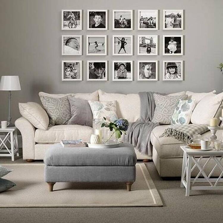 foto mooie witte lijsten aan de muur met zwart wit foto s een