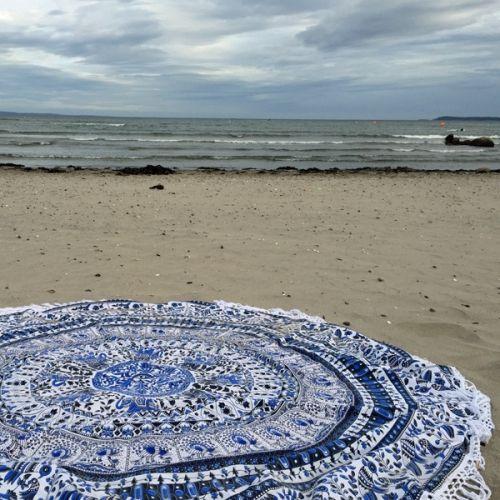Mandala Ocean Mist med frynser - FRI FRAKT i Norge Myjouels Håndlaget indisk teppe med et mandala mønster i blå/mørk grå på hvit bakgrunn og hvite frynser. Teppet er dekorert med elefanter og fugler, og har et tropisk stemning. For mer produktinformasjon og vaskeinstrukser lesHER Teppet er stort og rundt med hvite frynser og måler 200 cm + 10 cm frynser. Tekstil: 100% bomull med silketrykk. Bruksområder er strand, veggdecor, sengeteppe, duk osv. Tekstilet er tettvevd og sliteste...