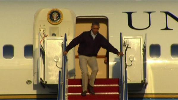 Obama tropeça e quase cai ao descer do avião +http://brml.co/1Fe6ijD