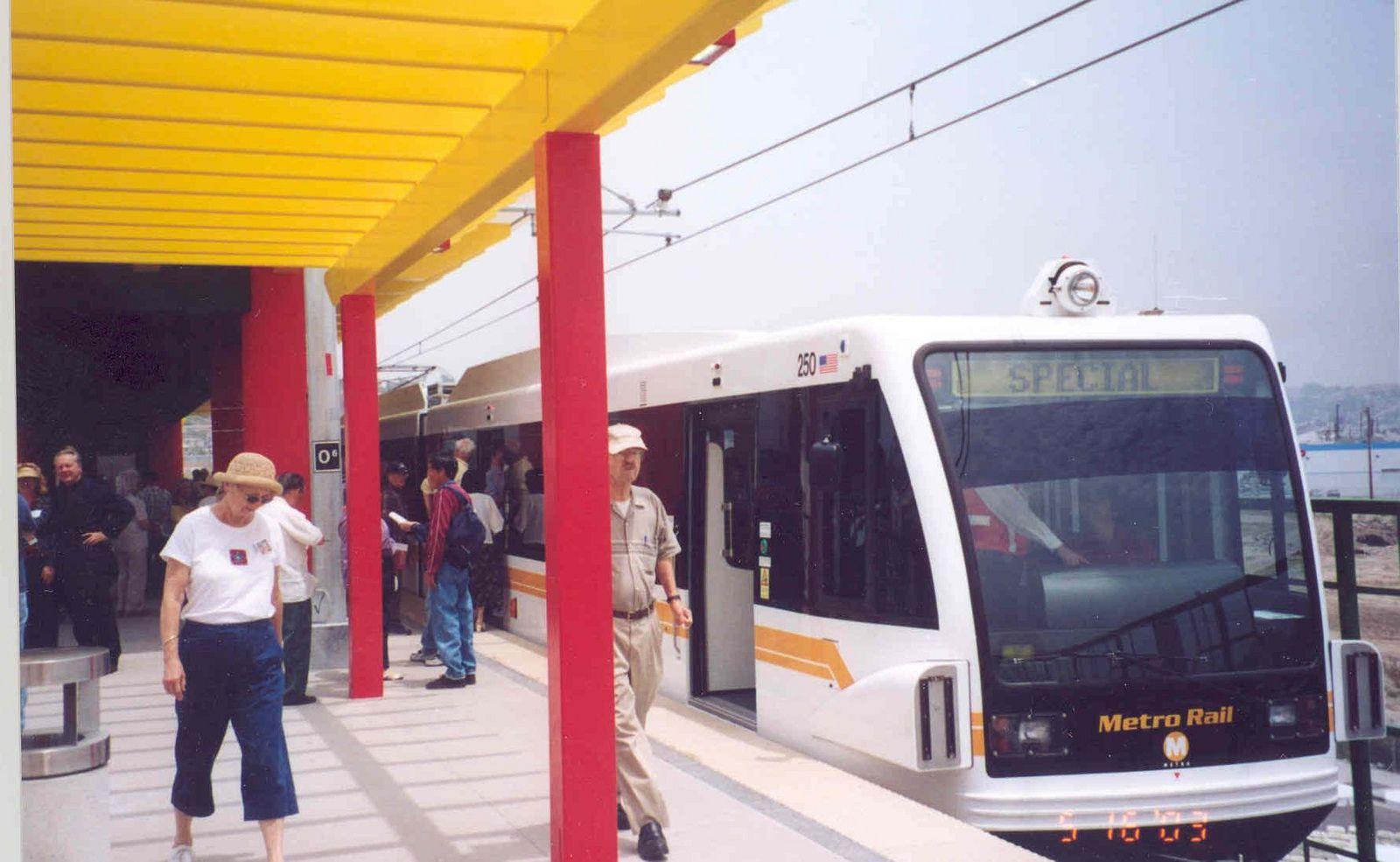 Gold Line 14 Chinat Ded Metro Rail Gold Line Rail Train