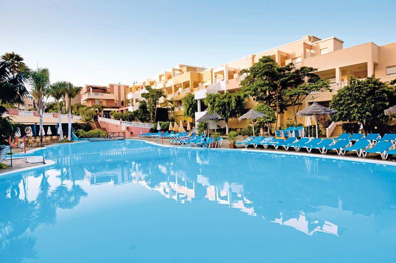 Hotel Barceló Varadero is een heerlijk hotel met een uitstekende ligging. Het ligt op wandelafstand van het zandstrand Playa de la Arena en vlakbij de prachtige kliffen van Los Gigantes.     Het hotel is geheel opgetrokken in Creoolse stijl en beschikt over diverse gezellige groenzones en zwembaden met verschillende niveaus. Een zonneterras met ligbedden, matrasjes en parasols. Voor enige ontspanning kunt u tegen betaling gebruik maken van de sauna en jacuzzi. Officiële categorie ***