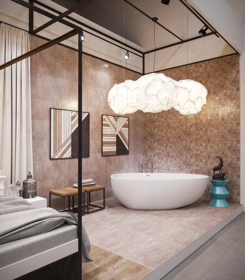 Die freistehende Badewanne mit attraktiver Form befindet sich im