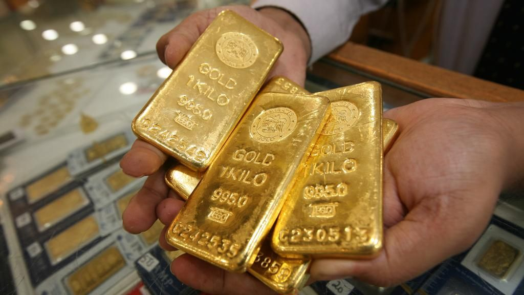 الملاذ الآمن كيف يمكن استثمار المال في الذهب مع شرح تفصيلي لجميع الطرق المتاحة للبدء في واحد من أفضل استثمارات ا Gold Bars For Sale Buying Gold Gold Price