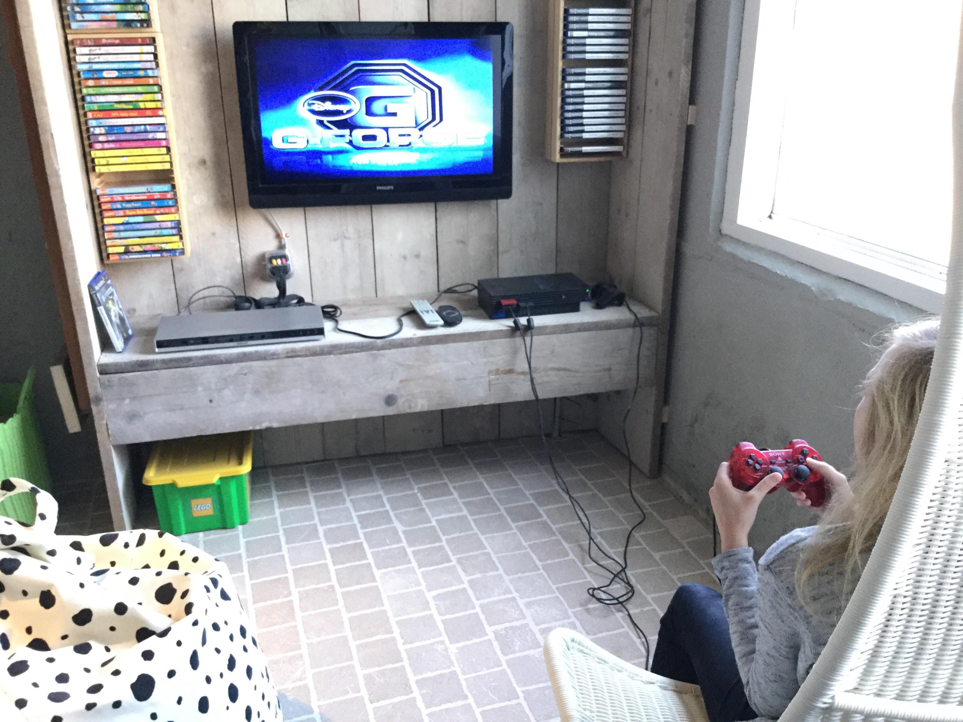 vakantiehuis zeeland chillhoekje met tv dvd en playstation 2 in de speelschuur van ziltvloed. Black Bedroom Furniture Sets. Home Design Ideas