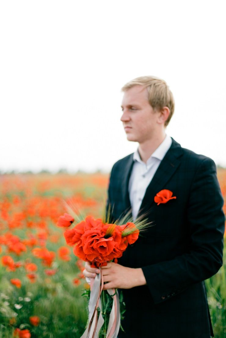 Groom style + poppy boutonniere + poppy wedding bouquet | fabmood.com