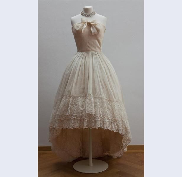 Photo of Cristóbal Balenciaga [1895-1972] (Designer) Abendkleid, trägerloses Modell von …