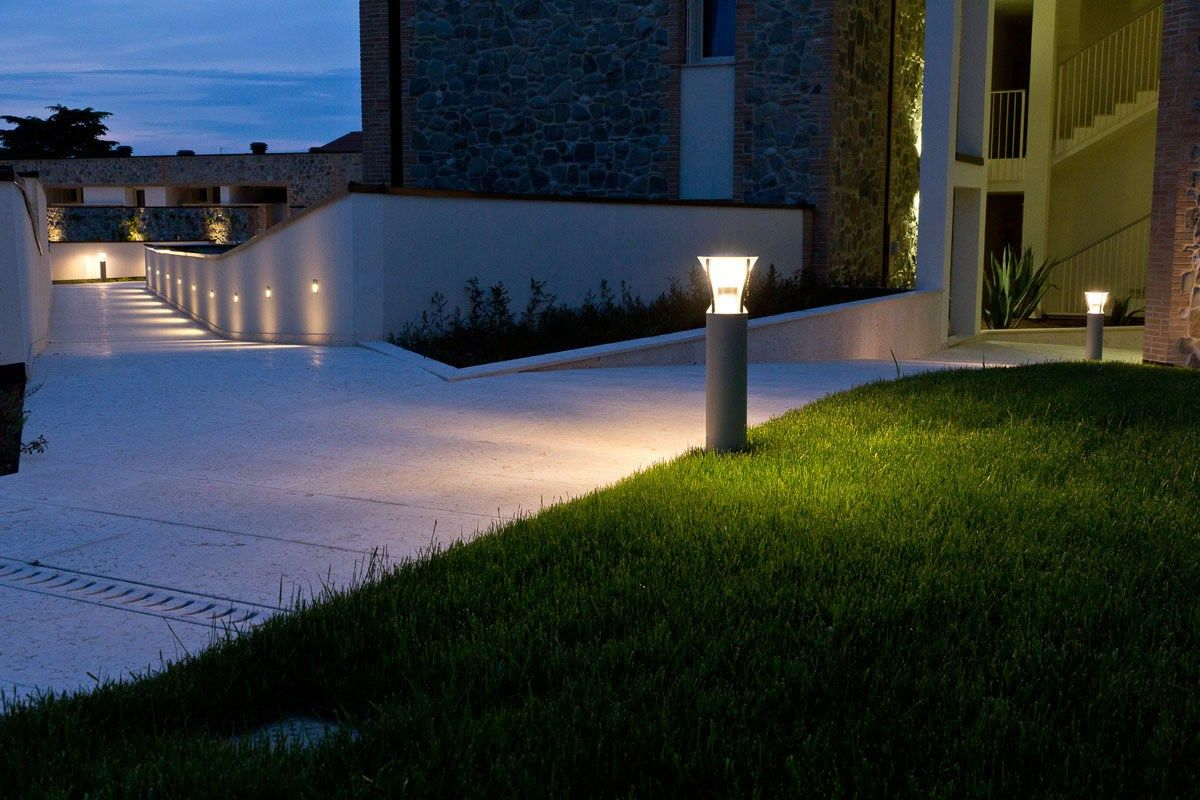 Photo of un viale illuminato da faretti led in lampioncini e fissati a muro