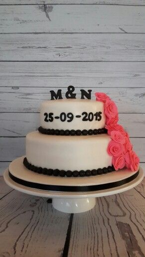 Wedding cake black and white with pink roses