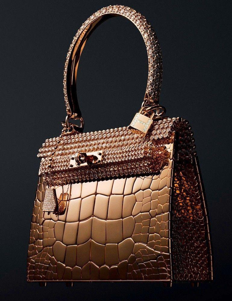 'Diamond-Studded Birkin Bag' de Hermès. Creado por la casa francesa Hermès incluye detallles en oro y diamantes. Su diseño fue una colaboración junto al diseñador de moda Pierre Hardy y cuesta alrededor de 1.9 millones de dólares.