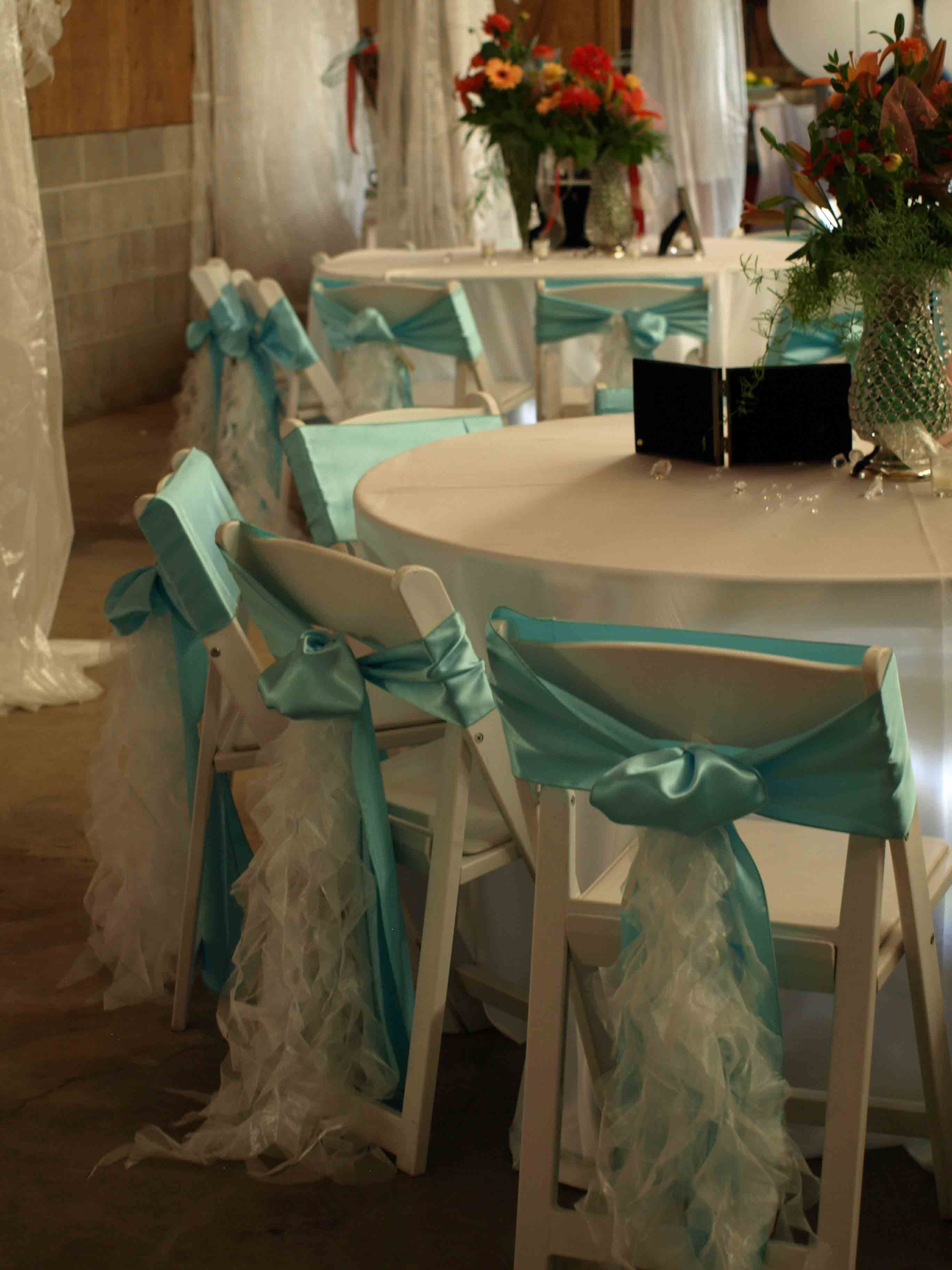 mantel blanco y pa±oleta de las sillas turquesa