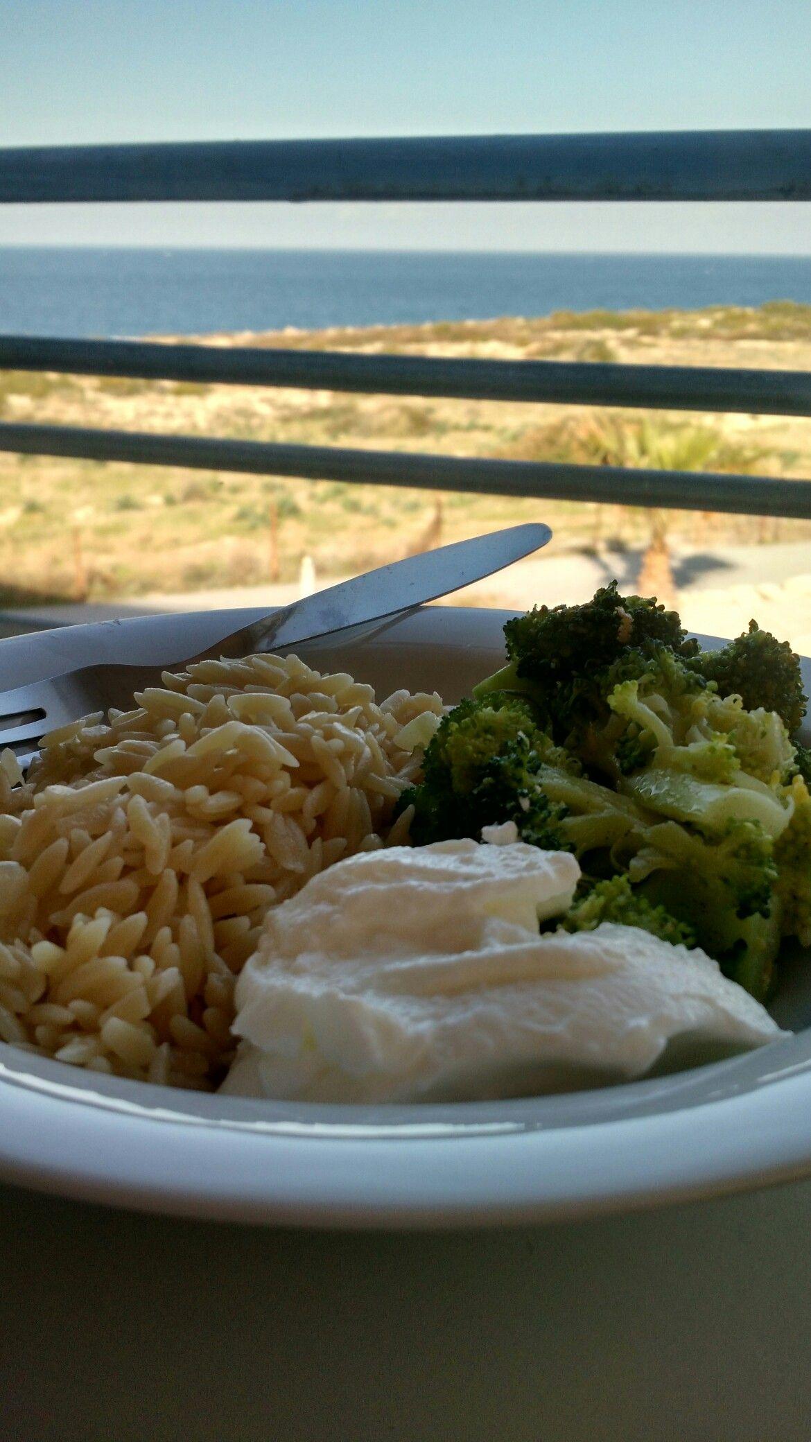 Arroz, iogurte, brócolis cozido e frito com alho azeite e raspas de limão