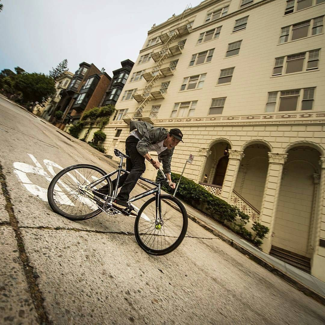 """#Repost from photographer @dung8ri - """"Yesterday. On Lombard street. He showed me what real street fixedgears do. Don't try without second life."""" Rider: @slumworm #wheeltalk #wheeltalkfixed #ENDfgfs #ENDphotowork #fixedgear #skid #mashsf..."""
