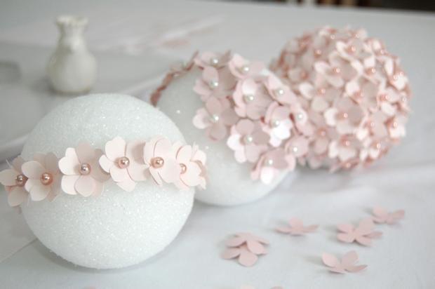 sur une boule de polystirène, piquer avec des formes découpées à l'emporte pièce avec des petites épingles à tête