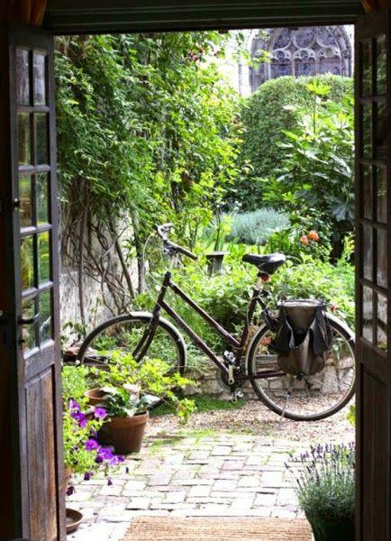 Bicicletas vintage para decorar el jard n pinterest for Guardar bicicletas en el jardin