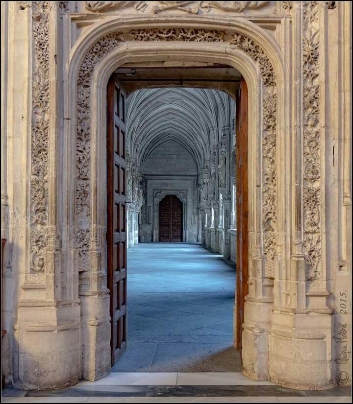 Puerta de acceso al claustro de San Juan de los Reyes Toledo