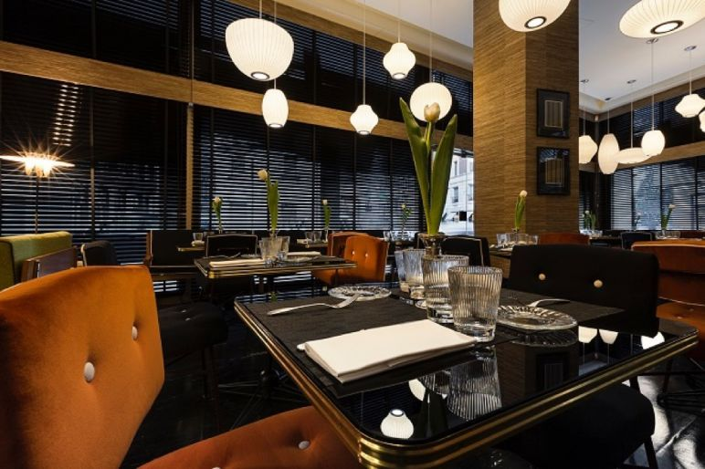 L'Arabesque cafè ha un design spiccatamente ispirato agli anni Cinquanta: i tavolini sono stati ideati dalla proprietaria Chichi Meroni