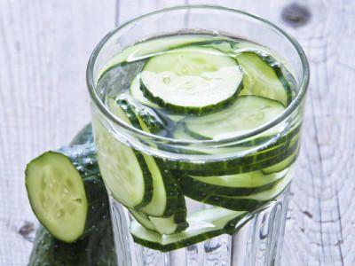 Gurkenwasser ist das In-Getränk in den USA. Das sogenannte Infused Water soll beim Abnehmen helfen. Was ist das Geheimnis des Schlankwassers?
