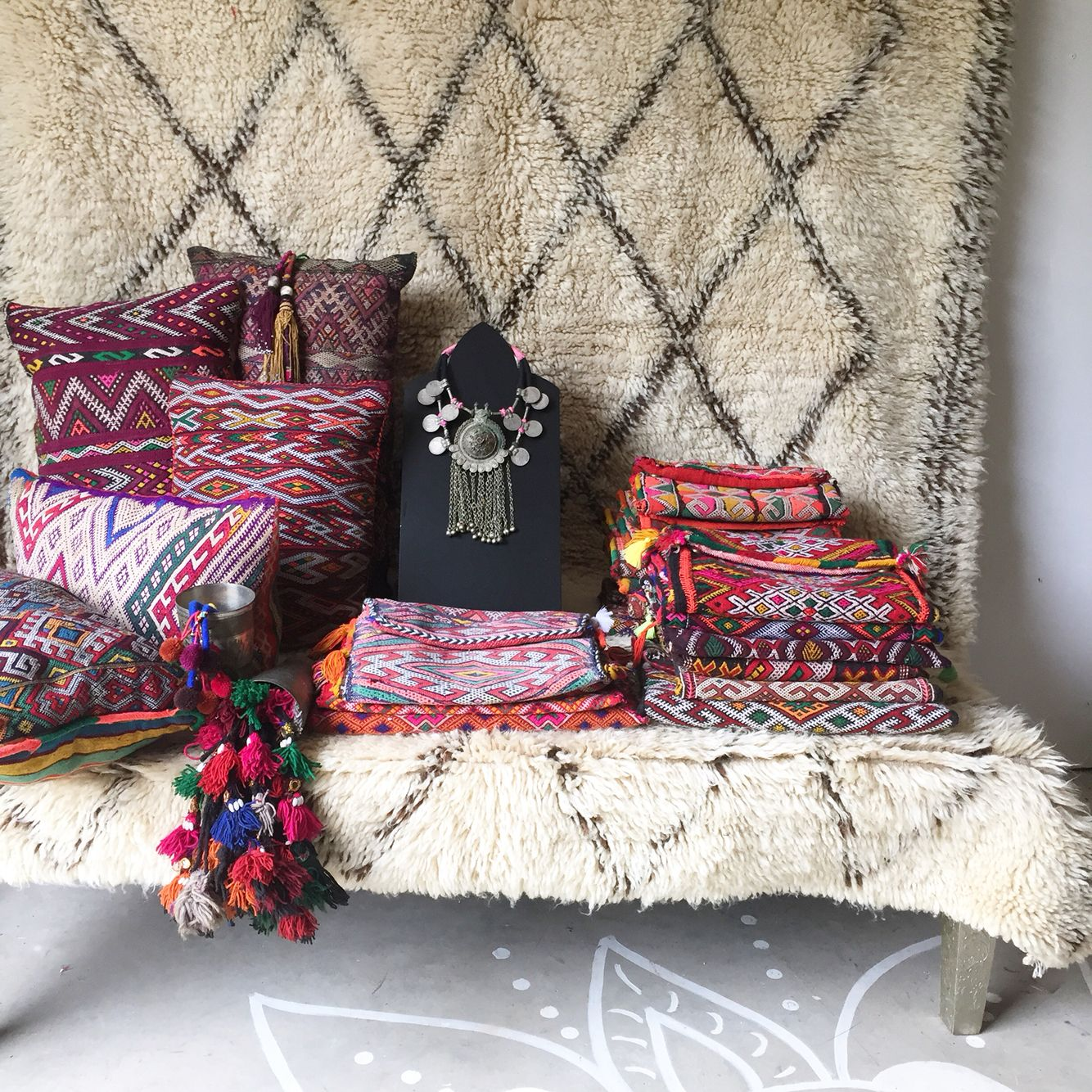 Kilim love clutches and cushions in stock gypsy for Decoracion casa gitana