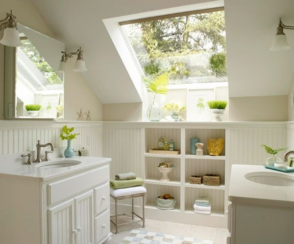 Vintage weißes Badezimmer mit grünen Pflanzen zur Dekoration