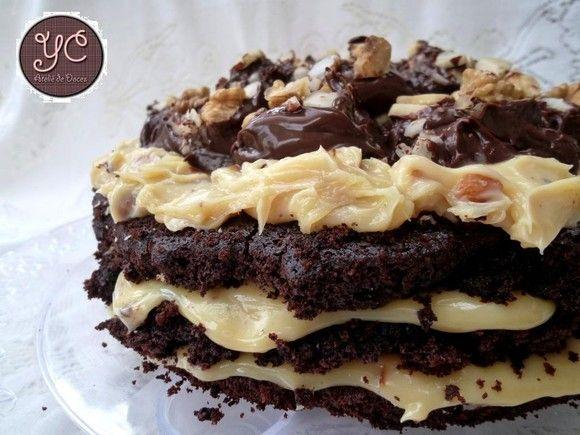 Bolo de Chocolate Meio Amargo Belga, recheado com Creme de Amêndoas, com cobertura de Creme de Avelã com um Mix de Castanhas, Amêndoas, Nozes e Macadâmia