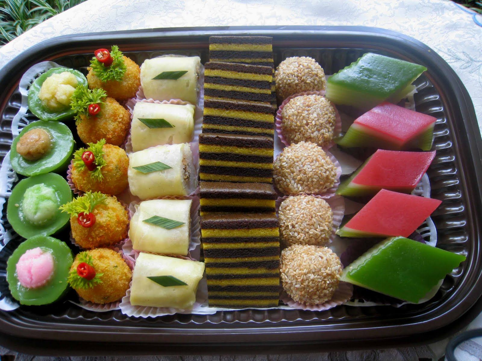 Indonesian Traditional Mini Cakes Called Jajan Pasar You Know You Can Make These With Felt And They Re So Easy To Make I Makanan Dan Minuman Makanan Cemilan