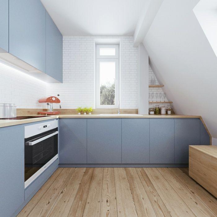 Küche Dachschräge Heller Holzboden Blaue Küchenschränke Und Weiße  Wandfliesen